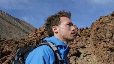 Hiking man looking around — Video Stock