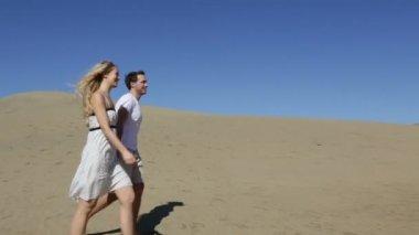 Romantic couple on beach — Stock Video