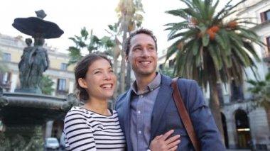 Couple on Plaza Real off La Rambla — Stock Video