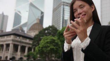 Geschäftsfrau mit smartphone — Stockvideo
