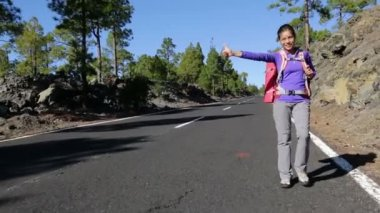 Hitchhiker woman backpacker — Stock Video