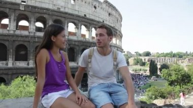 Koppel door Colosseum praten — Stockvideo