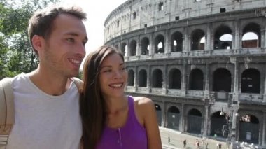 Happy young couple traveling — Vídeo de Stock