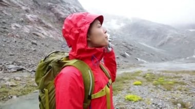 Hiker woman turning in mountains — ストックビデオ