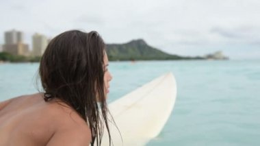 Girl with surfboard in water — Stock Video