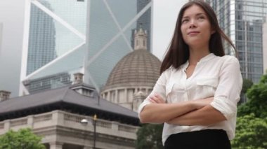 Business woman standing in business district — Vídeo de Stock