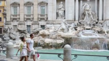 Rome couple sightseeing Trevi Fountain — Stock Video