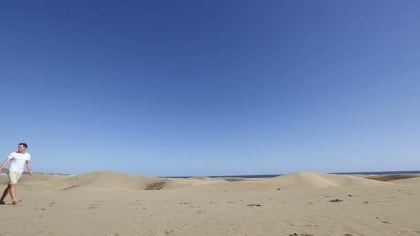 Pareja feliz en el desierto — Vídeo de stock