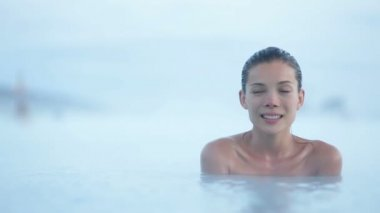 Woman relaxing in hot spring pool — Stock Video