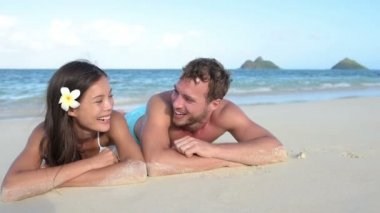 Couple in love relaxing on beach — Stock Video