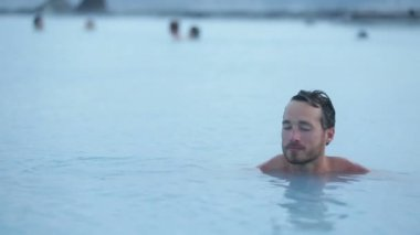 Man relaxing in hot pool on Iceland — Stock Video