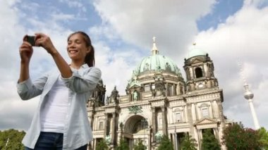 Tourist girl in front of Berlin Cathedral — Stock Video