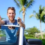Automobilový závodník zobrazující klíče a palec — Stock fotografie #72654089