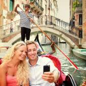Couple taking Selfie in gondola — Stock Photo