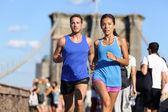 Running couple on Brooklyn bridge — Stok fotoğraf