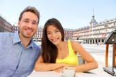 Tourists at cafe drinking coffee — Stock Photo