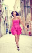 Woman in pink summer dress walking — Stock Photo