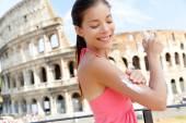 Woman applying sunscreen lotion — Stock Photo