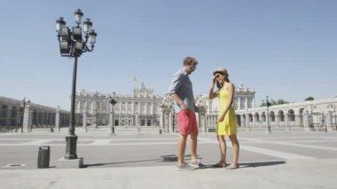 Couple taking selfie in Madrid — Stock Video