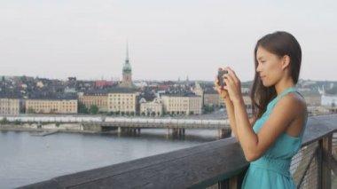 Tourist taking photo in Stockholm — Stock Video