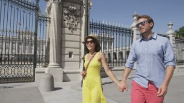 Couple walking in Madrid by Royal Palace — Stock Video