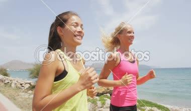Women runners training outdoors — Stock Video