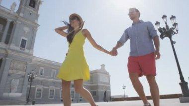 Couple walking in Madrid, Spain — Stock Video