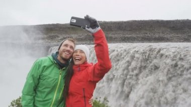 Couple selfie by waterfall on Iceland — Stock Video