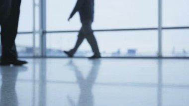 Ludzie biznesu, chodzenie w budynku biurowym — Wideo stockowe
