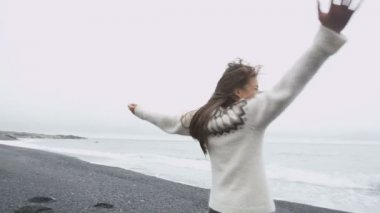 Woman on Iceland in Icelandic sweater — Stock Video