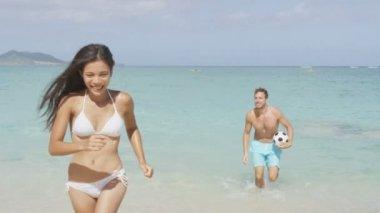 Paar, die spaß am strand — Stockvideo