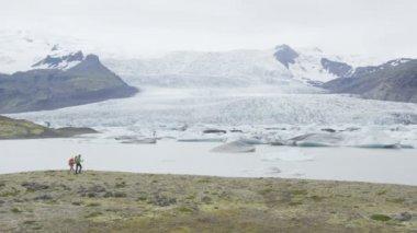 Travel people trekking by glacier — Stock Video