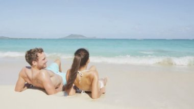 Couple relaxing on holiday in Hawaii — Vídeo de Stock
