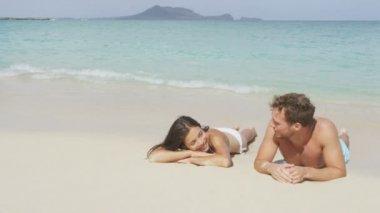 Entspannung zu zweit am strand — Stockvideo