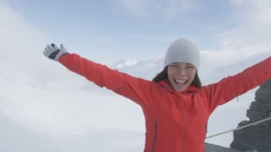 Woman cheering on top of Jungfrau mountain — Stock Video