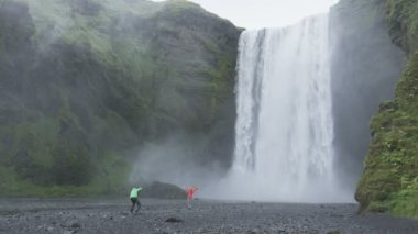 Waterfall Skogafoss on Iceland with tourists — Stock Video