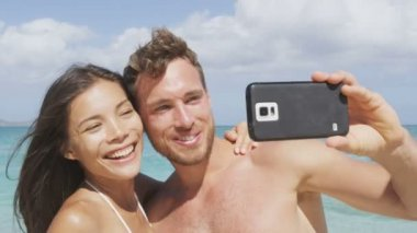 Couple taking selfie on beach — Stock Video