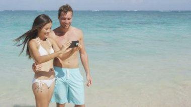 Couple taking self portrait, Hawaii, USA. — Stock Video