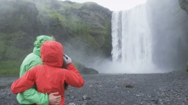 Tourists people by waterfall Skogafoss — Stock Video