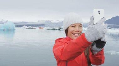 Femme prenant selfie photo sur l'Islande — Vidéo