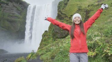 Blissful woman by waterfall Skogafoss — Stock Video