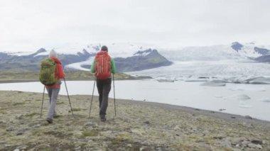 Gens randonnées aventure dans la nature de l'Islande — Vidéo