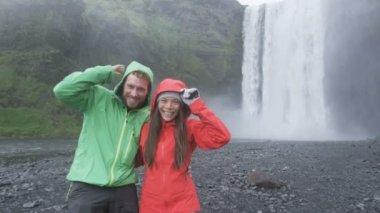 Tourists couple by waterfall Skogafoss — Stock Video