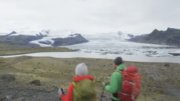 Hiking adventure travel people on Iceland — Vídeo de stock