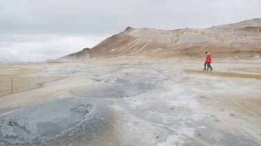 Iceland tourists at volcano mudpot hot spring — Stock Video
