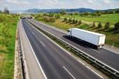 Koridor silnice s přechodem pro volně žijící živočichy, dálnice jde bílý náklaďák — Stock fotografie