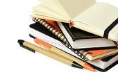 Stapel von notebooks und stifte — Stockfoto