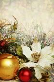 Noel topları tinsel ve yapay Atatürk çiçeği — Stok fotoğraf