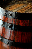 ウイスキーの精緻化の古い木製のバレル — ストック写真