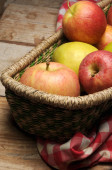 Delicious apples fruit in basket — Stock Photo